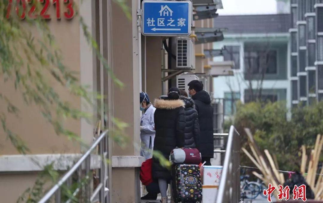 医务人员带领重点地区来沪人员入驻宾馆,进行医学观察。中新社记者 张亨伟 摄
