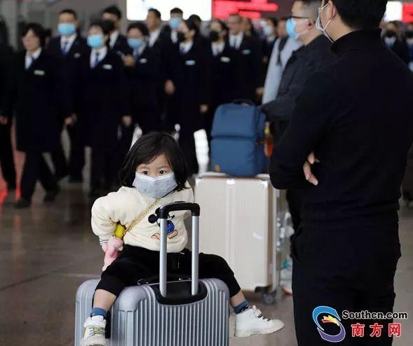 1月22日,广州南站,很多旅客都戴上了口罩。南方日报记者 吴伟洪 摄